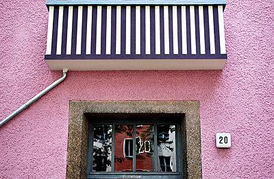 rosa Hausfassade, Hausnummer 20 - p9790085 von Leopolder
