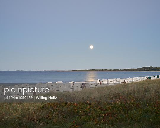 Vollmond am Strand - p1124m1090459 von Willing-Holtz