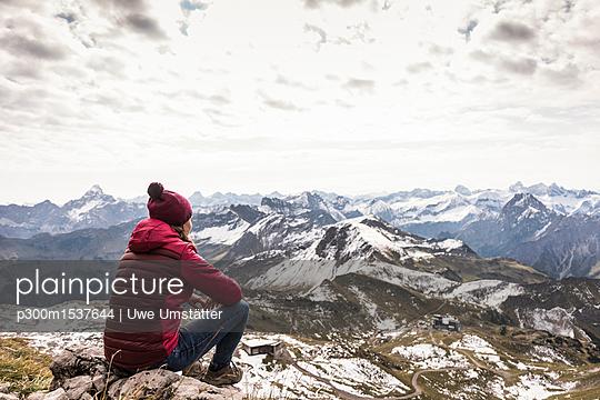 Germany, Bavaria, Oberstdorf, hiker sitting in alpine scenery - p300m1537644 by Uwe Umstätter