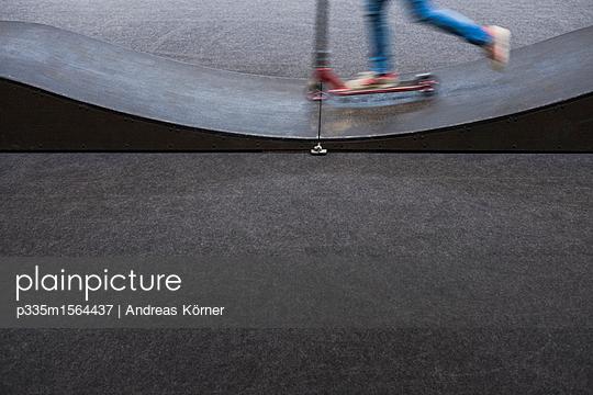 Mit dem Roller in der Halfpipe - p335m1564437 von Andreas Körner