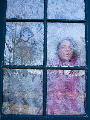 Frau am Fenster - p1231m1043096 von Iris Loonen