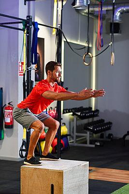 Man doing box jumps in a gym - p300m2060284 von Javier Sánchez Mingorance