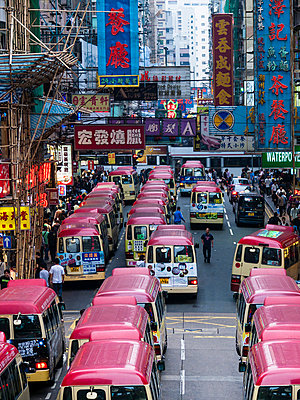 China, Hong Kong, Kowloon, street scene with advertising and taxi busses - p300m991656 by WeEmm