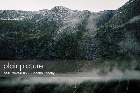 Wasserfälle im wolkenverhangenen Gebirge in Norwegen - p1497m2145053 von Sascha Jacoby