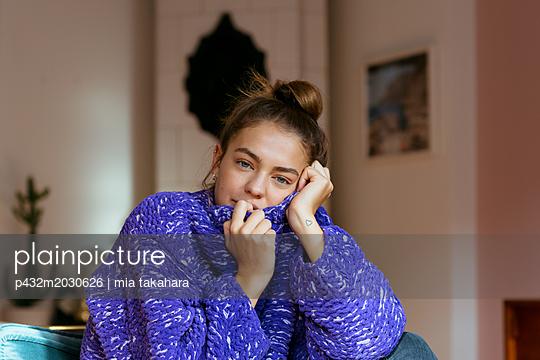 Junge Frau blickt nachdenklich in die Kamera - p432m2030626 von mia takahara