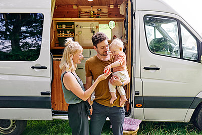 Family in front of Motor home - p1124m2229030 by Willing-Holtz