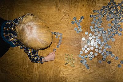 Kliner Junge zählt Geldmünzen - p1418m1590275 von Jan Håkan Dahlström
