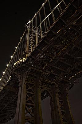 Nachtaufnahme der Manhattan Bridge von Brooklyn aus - p1525m2065814 von Hergen Schimpf