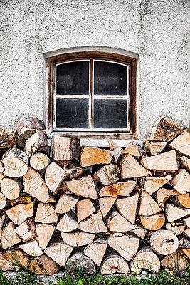 Brennholz an der Hauswand - p248m1051741 von BY