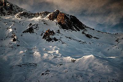 Verschneite Bergkette - p910m2122700 von Philippe Lesprit