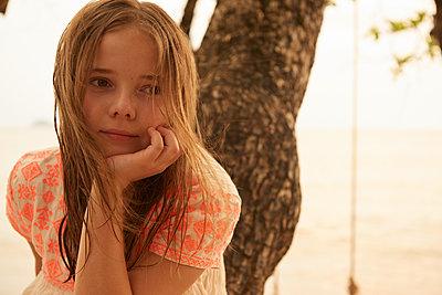 Kleines Mädchen beim Tagträumen - p961m1591126 von Mario Monaco