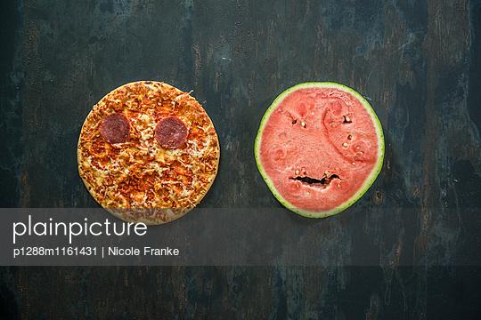 Pizza und Melonenscheibe - p1288m1161431 von Nicole Franke