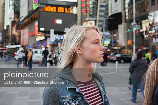 Girl on street looking away - p312m1471868 by Christina Strehlow