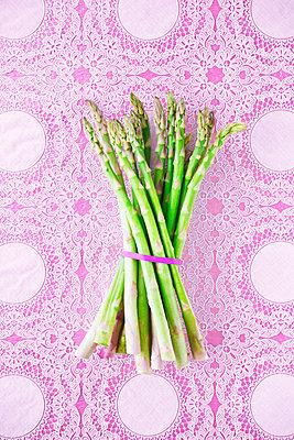 Green asparagus - p1149m2098878 by Yvonne Röder