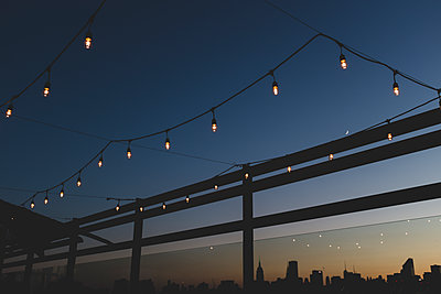 Fairy lights against the skyline of New York City, USA - p1598m2164421 by zweiff Florian Bier