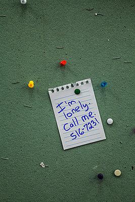 """Zettel mit der Aufschrift """"Ich bin einsam, ruf an"""" - p397m1588947 von Peter Glass"""