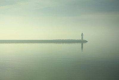 Leuchturm im Nebel - p9791367 von Opelka