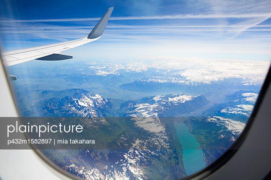 Im Flugzeug über den Wolken - p432m1582897 von mia takahara