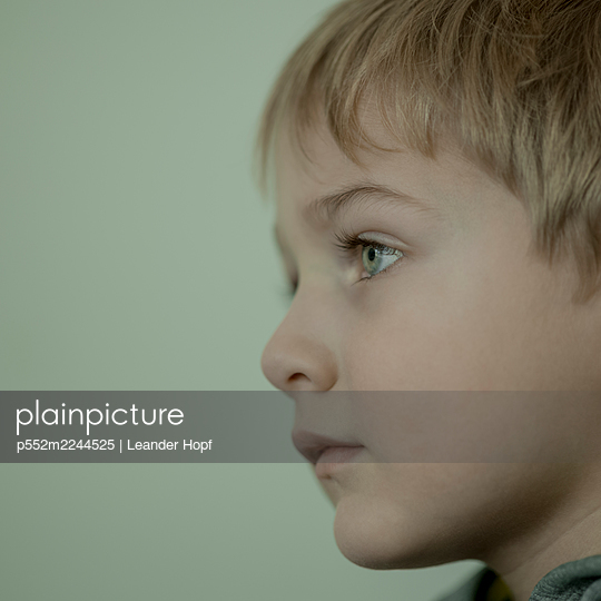 Profile view of blond boy - p552m2244525 by Leander Hopf