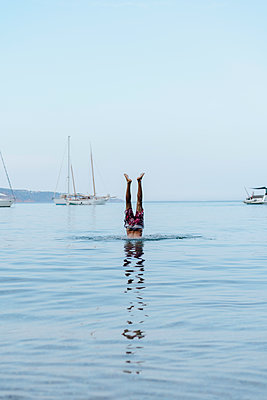 Man doing handstand in water - p300m2024010 by VITTA GALLERY