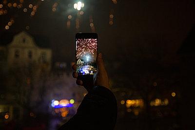 Feuerwerk auf dem Handy - p858m2100194 von Lucja Romanowska