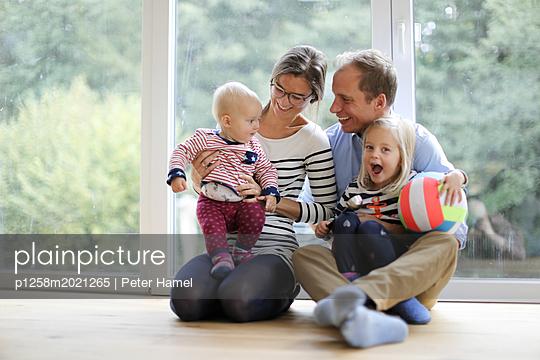 Glückliche Kleinfamilie - p1258m2021265 von Peter Hamel