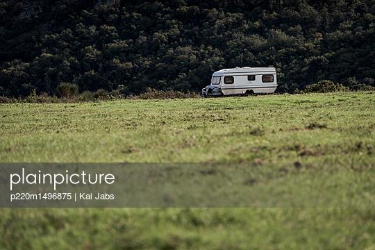 Verlassener Wohnwagen - p220m1496875 von Kai Jabs