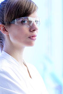 Junge Frau im Laborkittel - p1212m1128811 von harry + lidy