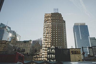 Reflexion auf Gebäude in New York - p1345m1286190 von Alexandra Kern