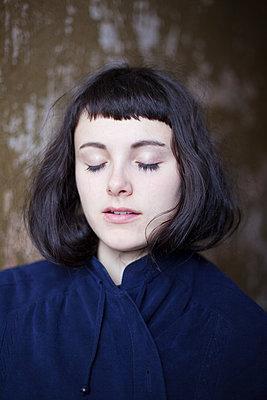 Junge Frau mit geschlossenen Augen - p1429m2021259 von Eva-Marlene Etzel
