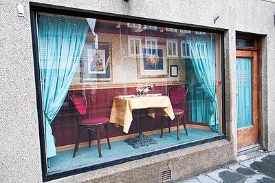 Gastronomie im Schaufenster - p171m1219383 von Rolau