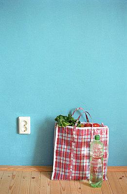 Einkaufstasche auf dem Boden - p2140159 von hasengold