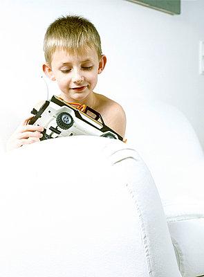 Junge mit Auto - p2686146 von icon art