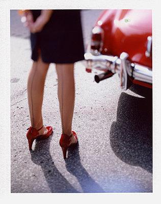 Frau in Nylons vor altem Mercedes 190 SL - p342m741794 von Thorsten Marquardt