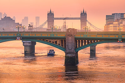 Sunrise over Southwark Bridge and London Bridge along River Thames, London, United Kingdom - p651m2135861 by Roberto Moiola