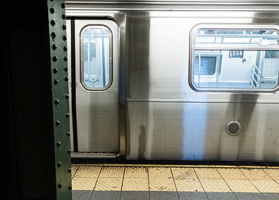 Public transport, empty underground, shutdown due to Covid-19, New York City - p758m2183881 by L. Ajtay