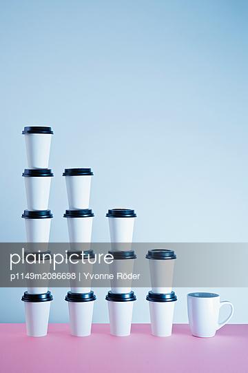 Kaffeebecher und Tasse - p1149m2086698 von Yvonne Röder