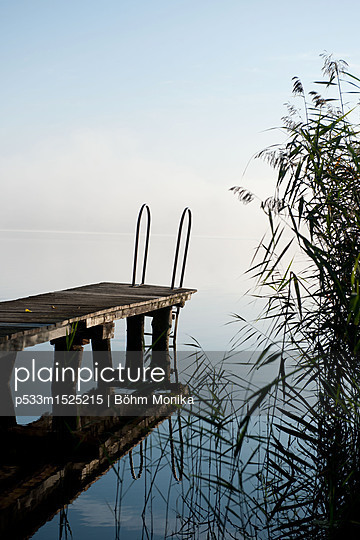 Morgennebel über dem See - p533m1525215 von Böhm Monika