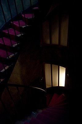 Dunkles Treppenhaus - p1103m1072797 von Virginie Pontisso
