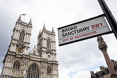 UK, London, Westminster Abbey and road sign 'Broad Sanctuary' - p300m1469741 by Andrés Benitez