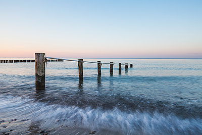 Germany, Mecklenburg-Western Pomerania, Baltic Sea, breakwater, beach in the evening - p300m2078863 by Anke Scheibe