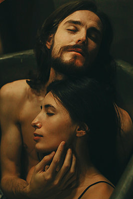 Caucasian couple relaxing in bathtub - p555m1303654 by Sophie Filippova