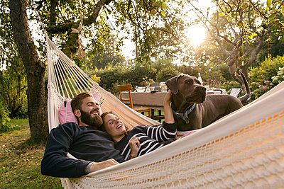Couple in hammock - p788m2031171 by Lisa Krechting