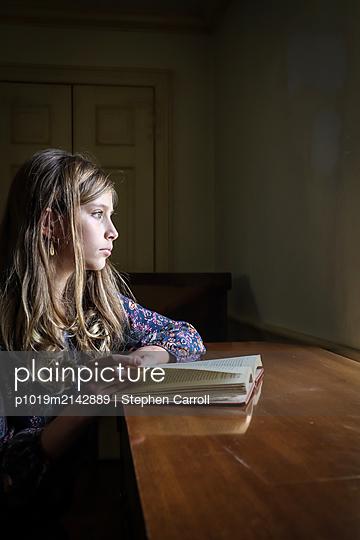 Mädchen mit Buch, Portrait - p1019m2142889 von Stephen Carroll