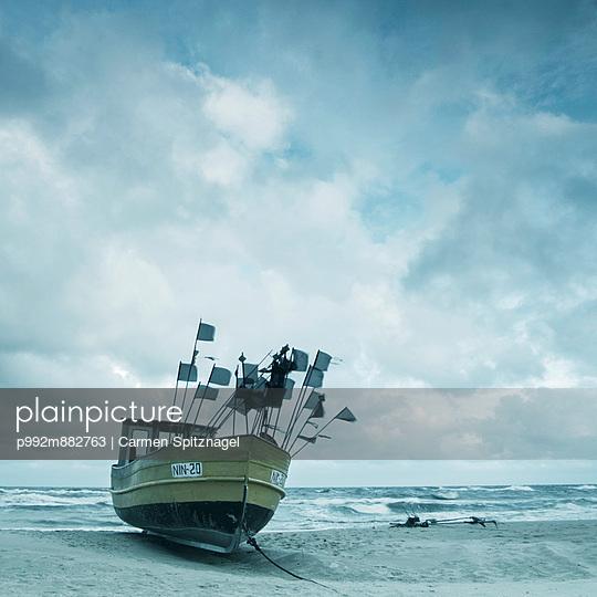 Fischerboot an Land - p992m882763 von Carmen Spitznagel