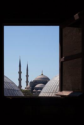 Aussicht aus Fenster auf Sultan-Ahmed-Moschee - p045m1486595 von Jasmin Sander