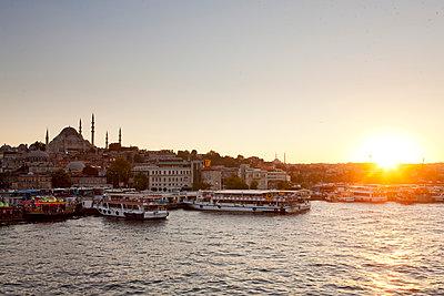Turkey,  Sunset over istanbul at Eminonu dock - p300m878302 by Florian Löbermann