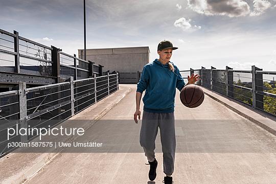Man dribbling with basket ball - p300m1587575 von Uwe Umstätter