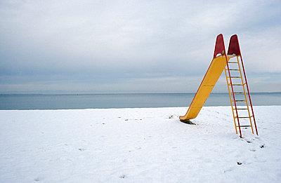 Rutsche im Schnee - p2370045 von Thordis Rüggeberg