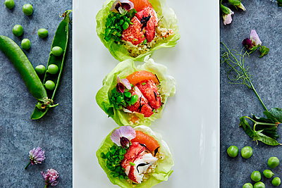 Close up of fresh seafood salad in lettuce cups - p555m1414138 by Trinette Reed